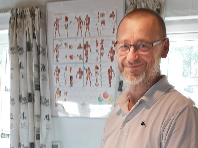 Zoneterapeut Klaus Askbo i klinikken i Langeskov